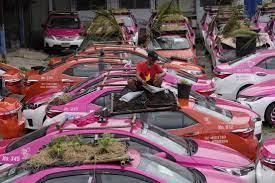 CONVIERTEN UN `CEMENTERIO´ DE TAXIS PARALIZADOS POR LA PANDEMIA EN HUERTA SOBRE RUEDAS EN BANGKOK