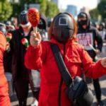 TRABAJADORES PROTESTAN EN COREA DEL SUR VESTIDOS CON TRAJES DE `EL JUEGO DEL CALAMAR´ DURANTE HUELGA